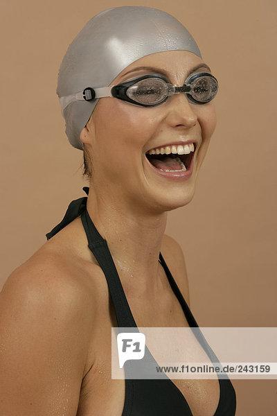 Lachende Schwimmerin mit Badekappe und Schwimmbrille  fully_released Schwimmkappe und Schwimmbrille