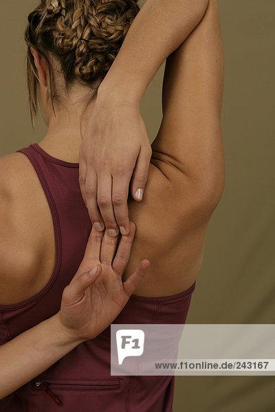Junge Frau macht eine Stretchingübung  fully_released