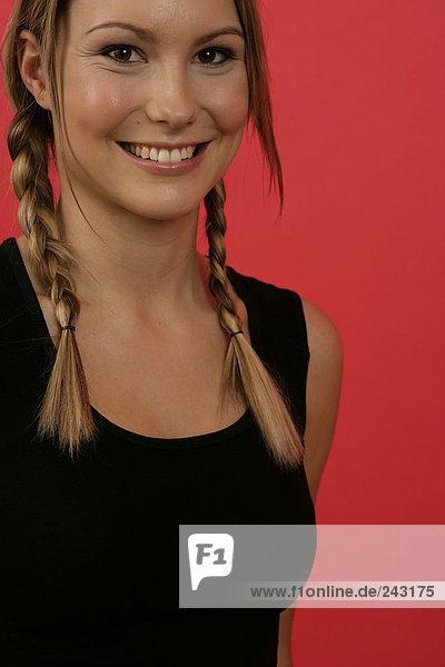 Porträt einer lächelnden jungen Frau  fully_released
