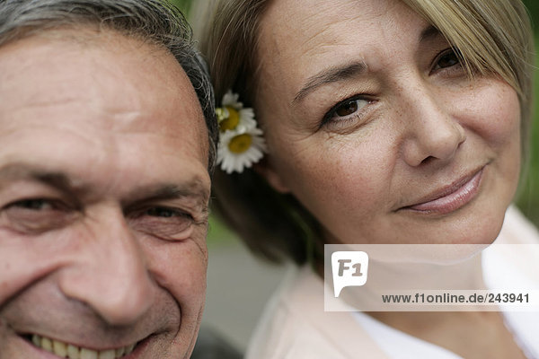 Älteres Paar schaut in die Kamera  Porträt  fully_released