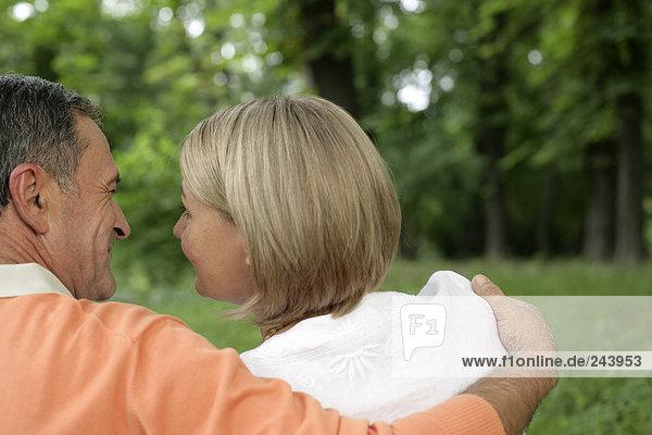 Älteres Paar umarmt sich und schaut sich in die Augen  fully_released