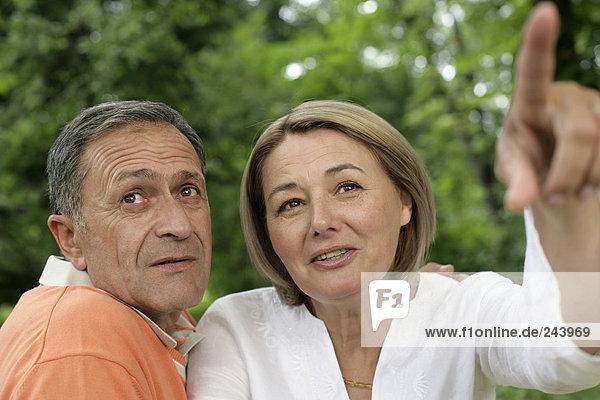 Ältere Frau zeigt Mann etwas  fully_released