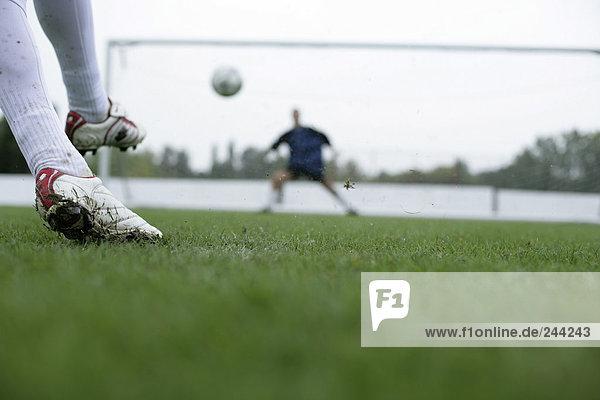Fußballspieler schießt aufs Tor  fully_released