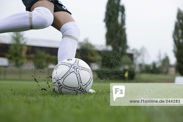 Fußballspieler schießt Ball weg  fully_released