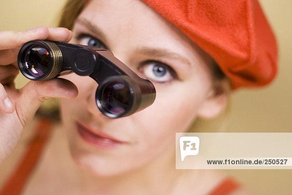 Junge Frau mit Fernglas  Nahaufnahme  Portrait
