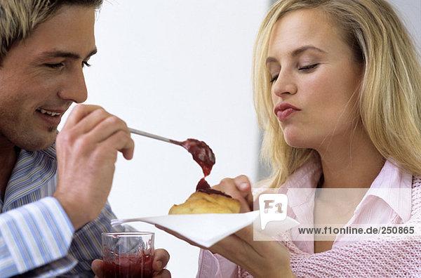 Junges Paar mit Kuchen und Marmelade  Nahaufnahme