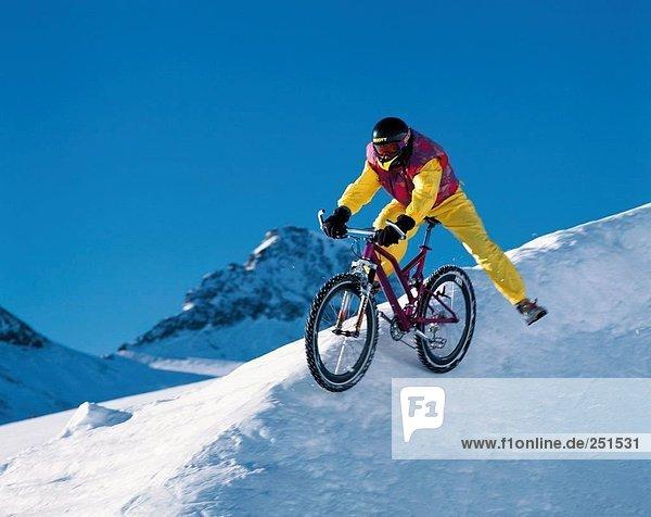 Mountainbike  mountain bike  Mann  Sport  radfahren  Fahrrad  Rad  Berglandschaft  Extremsport  Abreise  Schnee