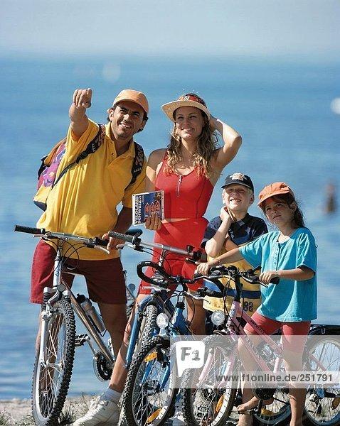 Mountainbike mountain bike zeigen Mann halten Reise Menschliche Eltern radfahren Fahrrad Rad Fahrrad fahren