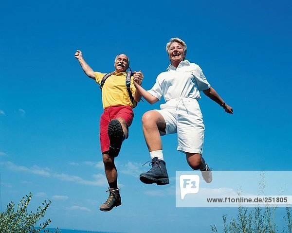 10422246  Fitness  aktiv  Überblick  passen  lachen  caper  springen  Paar  Paar  See  Meer  Chefs  Senioren  Ufer
