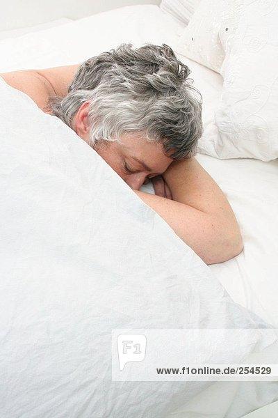 Erhöhte Ansicht senior Frau im Bett schlafen