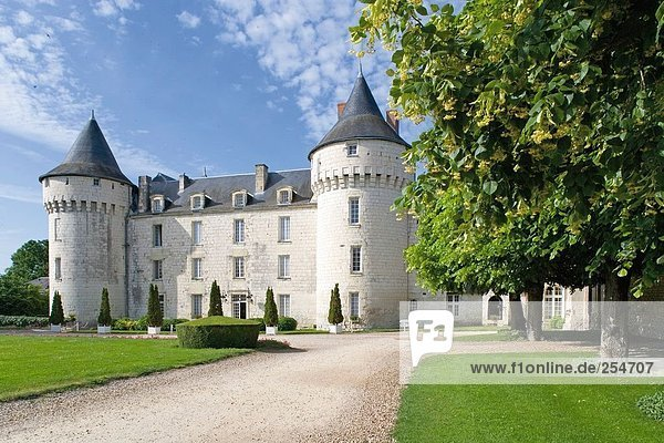 Unbefestigte Straße in Richtung Schloss  Chateau De Marçay  Chinon  Indre-Et-Loire  Frankreich
