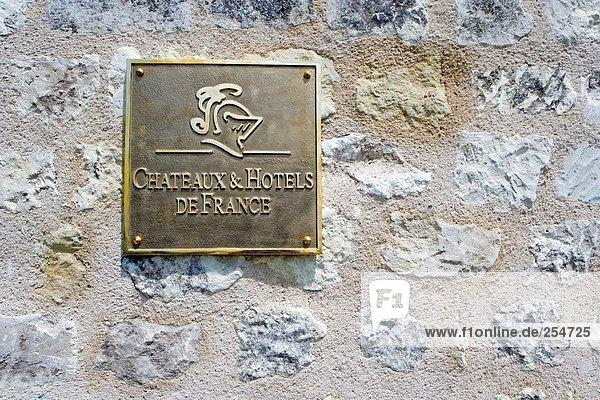hoch  oben  nahe  Steinmauer  Europa  Zeichen  Information  Signal