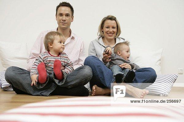 Porträt einer Familie mit zwei Kindern  fully_released