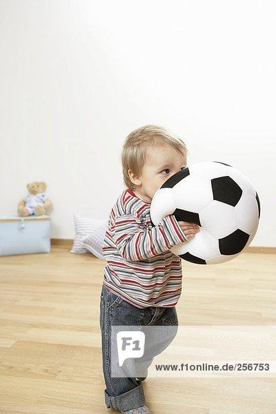 Junge hält Fußball in den Händen  fully_released