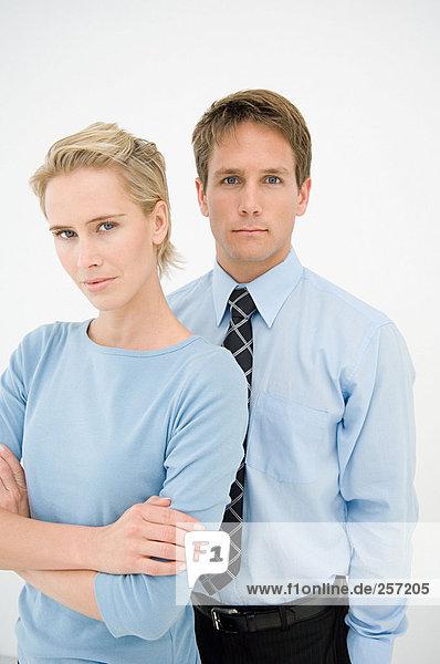 Porträt von zwei Büroangestellten