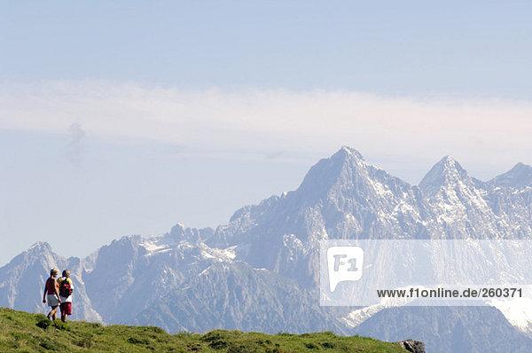 Österreich  Salzburger Land  Reife Paarwanderung  Rückansicht