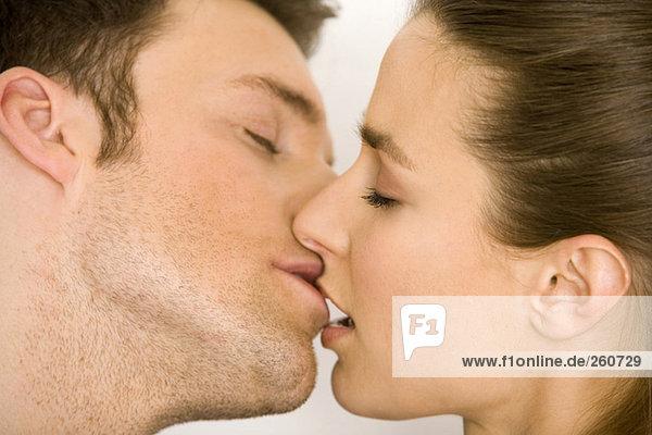 Junges Paar beim Küssen  Seitenansicht  Nahaufnahme