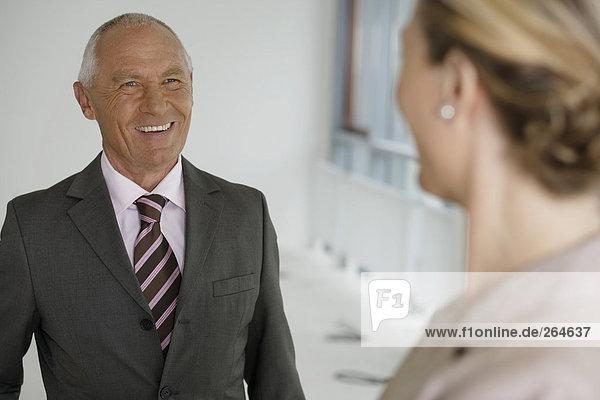 Manager lächelt im Gespräch mit Geschäftfrau  fully_released