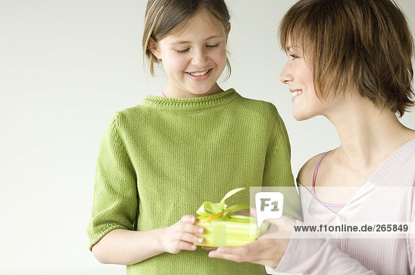 Frau und Tochter mit Geschenk Frau und Tochter mit Geschenk