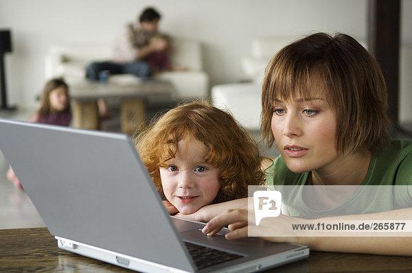 Frau und kleines Mädchen mit Computer Frau und kleines Mädchen mit Computer