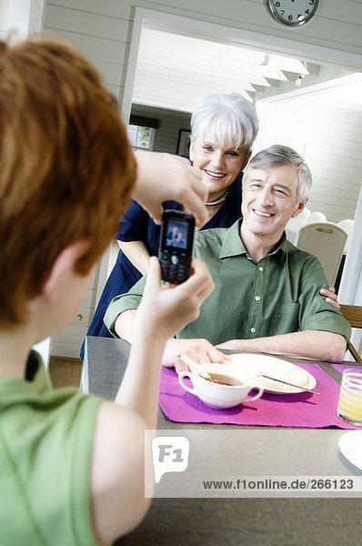 Senioren-Paar und Petit Fils