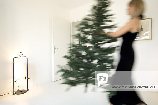 Frau mit Weihnachtsbaum Frau mit Weihnachtsbaum