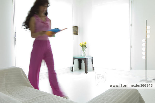 Lesende Frau im Wohnzimmer