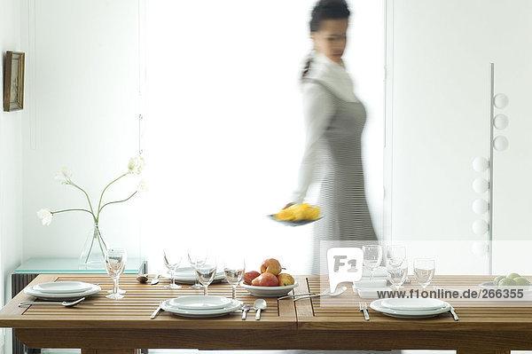 Frau beim Tischdecken Frau beim Tischdecken