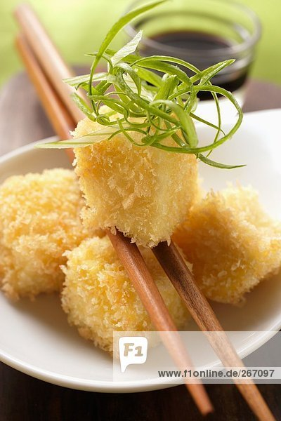 Panierter Tofu mit Frühlingszwiebelstreifen (Japan)