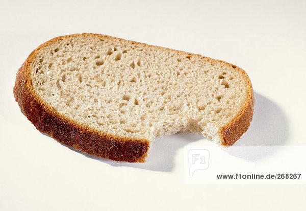 Eine Scheibe Brot  angebissen
