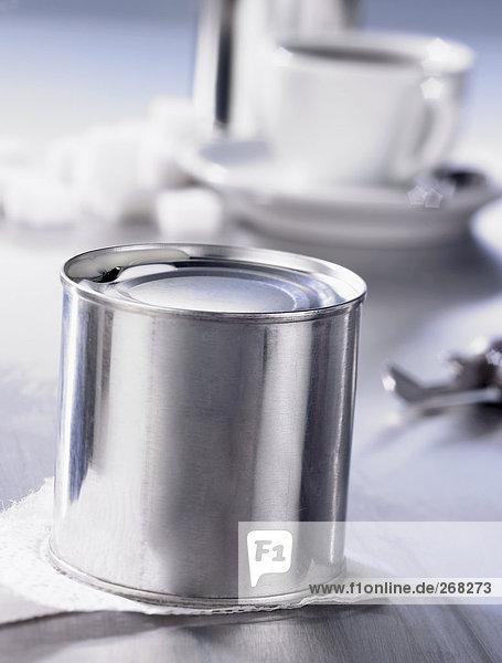 Dosenmilch  im Hintergrund Kaffeetasse