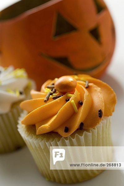 Muffin vor einem Halloweenkürbis