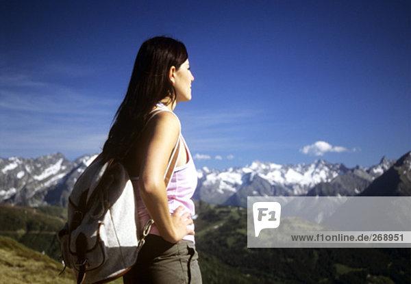 junge Frau mit Rucksack Blick auf Bergwelt