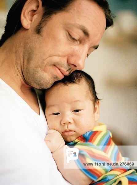 Portrait eines Vaters mit einem Baby.