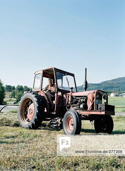 Ein Traktor auf ein Feld.