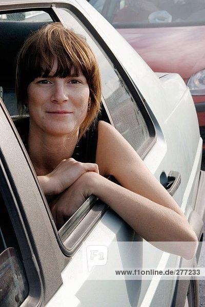 Eine Frau Blick durch ein Autofenster.