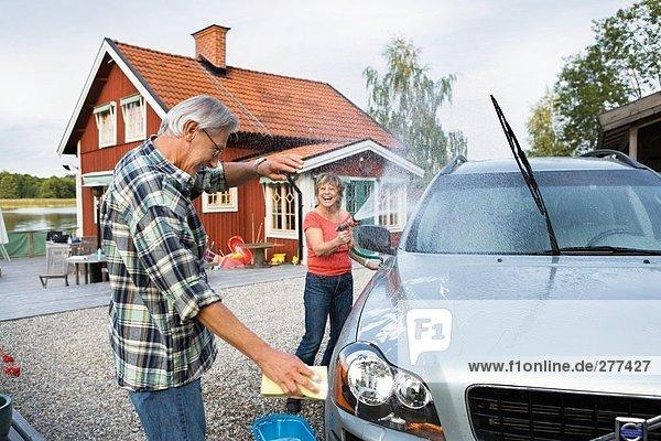 Außenaufnahme Wohnhaus Auto waschen