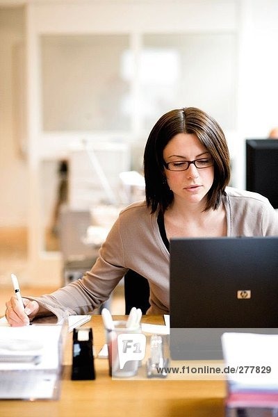 Eine Frau auf einem Computer arbeiten.