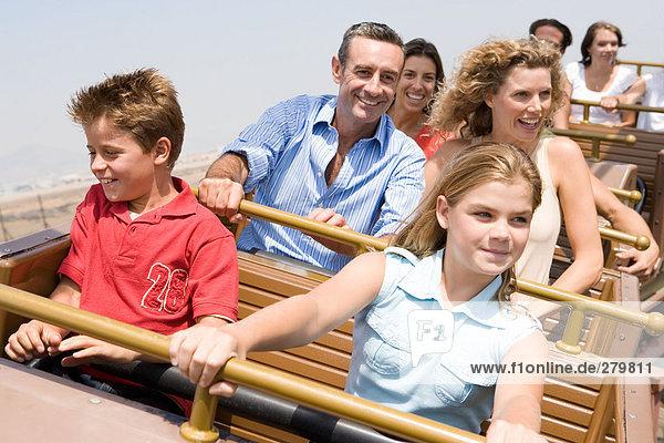 Familie auf der Achterbahn