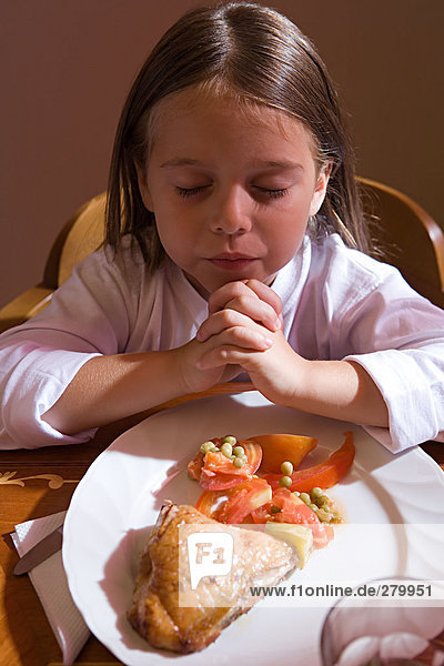Mädchen beten vor dem Abendessen