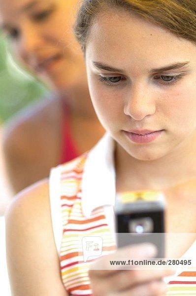 Teenagerin mit Mobiltelefon