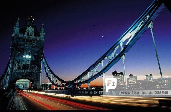 Brücke über den Fluss beleuchtet in der Nacht  Drawbridge Tower Bridge  London  England