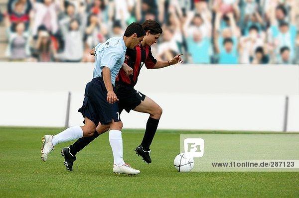 Fußball-Spieler im Kampf um ball