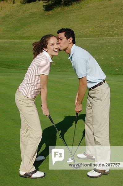 Mann küssen sein Golf-Partner auf die Wange
