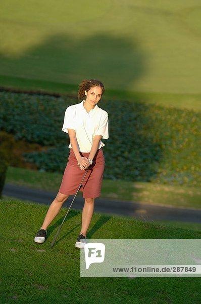 Frau posiert in einem Golf club
