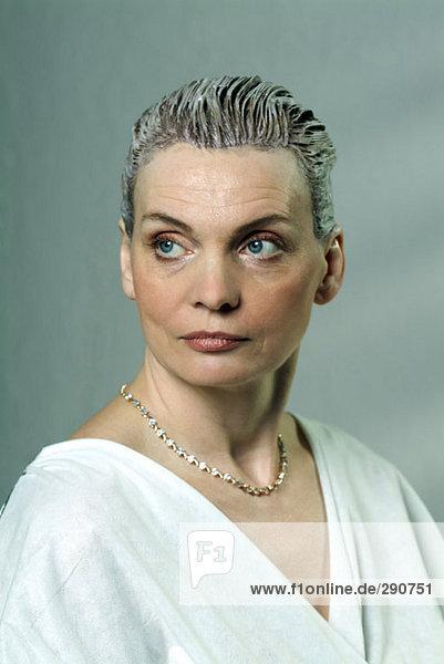 Portrait reife Frau mit nasses Haar