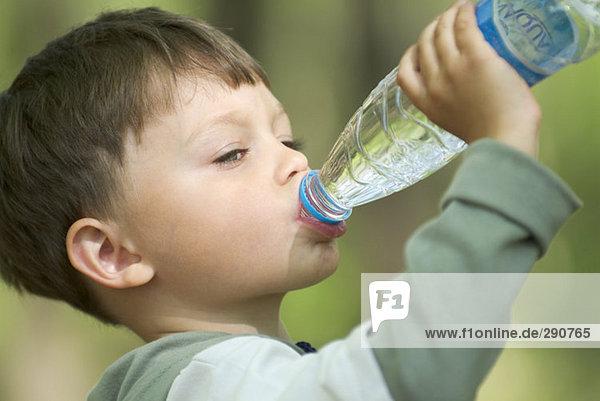Boy Trinkwasser aus Kunststoff-Flasche Boy Trinkwasser aus Kunststoff-Flasche
