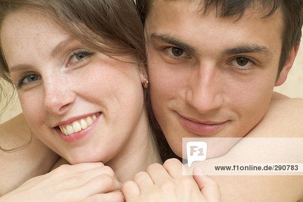 Nahaufnahme Portrait von jungen Paar umarmen einander