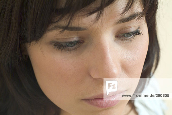 Nahaufnahme auf Gesicht traurig aussehende junge Frau Nahaufnahme auf Gesicht traurig aussehende junge Frau