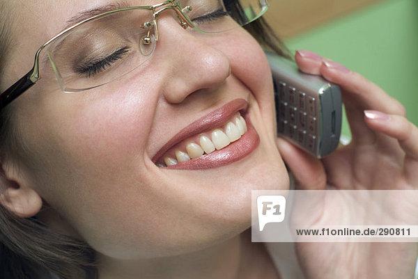 Nahaufnahme lächelnd geschäftsfrau Gespräch auf ihr Mobiltelefon